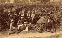 Gruppfoto i trädgård