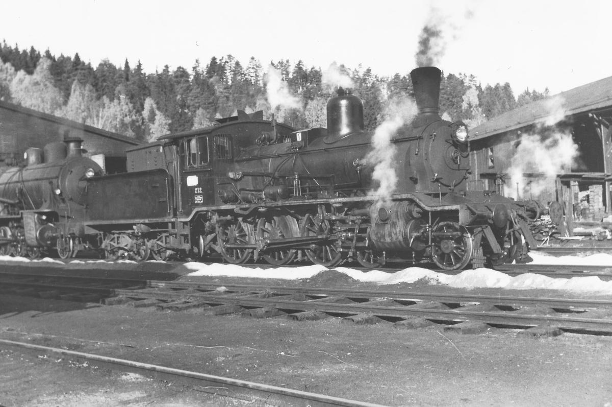 Damplokomotiv type 18c 212 ved lokstallen på Hønefoss.