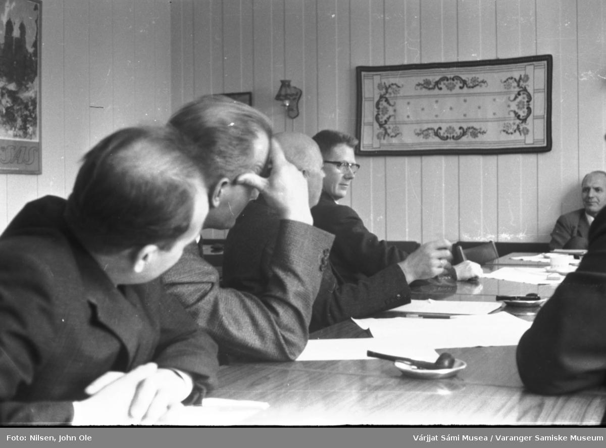 Seks personer samlet til et møte. Samme sted som på VSM.F.000809. Mannen med briller ved enden av bordet er Karstein Evjen fra Vestre Jakobselv. Ukjent sted, 1966.