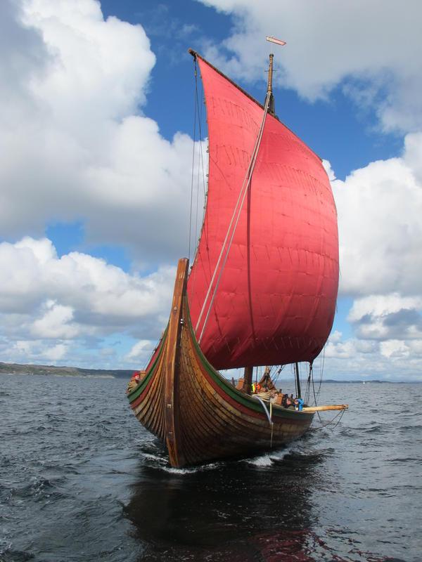 Draken Harald Hårfagre under seil. Prøveseiling i karmsundet, 2012.