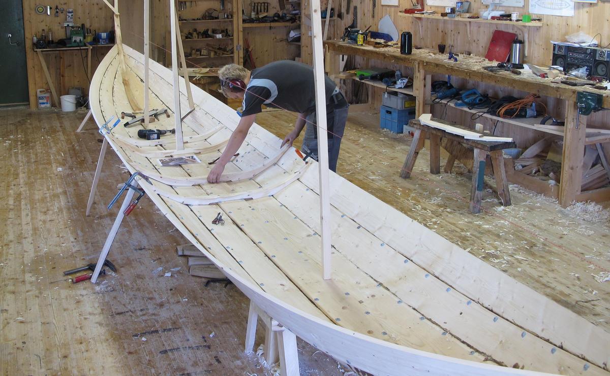 En lang og smal båt. (Foto/Photo)