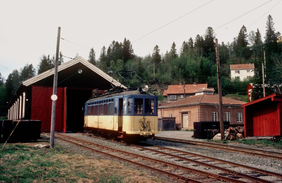 Gråkallbanens vogn nr. 4 utenfor vognhallen på Munkvoll.