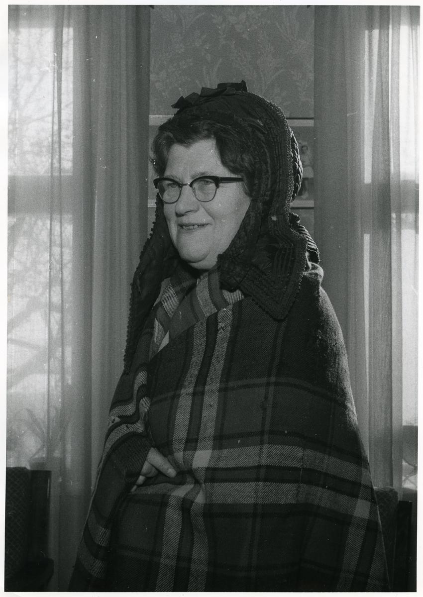 Ferdalue og utenpåplagg eller sjal, fra Einang, Vestre Slidre kommune i Valdres.