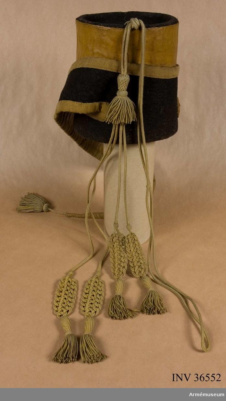 Grupp C I. Ur uniform för manskap vid Småland husarregemente; 1822-49. Består av dolma, päls, ridbyxor, högmössa, plym, kordong med tillbehör, kartusch med rem, knutskärp, spännhalsduk, sabelgehäng, sabelhandrem, sabeltaska, fodermössa, ridstövlar, sporrar, handskar. Kordong enligt äldre uppställning. Go 20/3 1822.