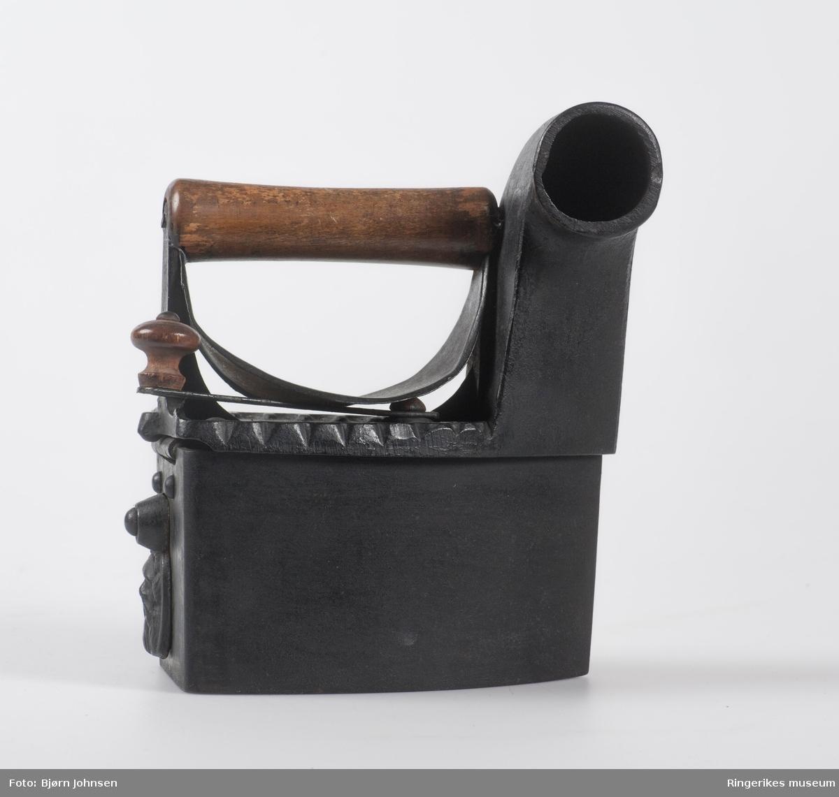 Skorsteinsjern av støpejern med håndtak i tre Beskyttelsesplate av blikk. 1930