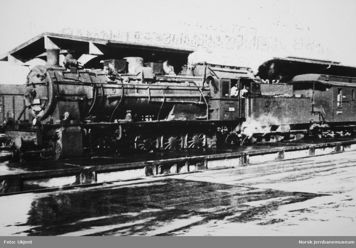 Damplokomotiv type 61a nr. 3236 på Trondheim stasjon