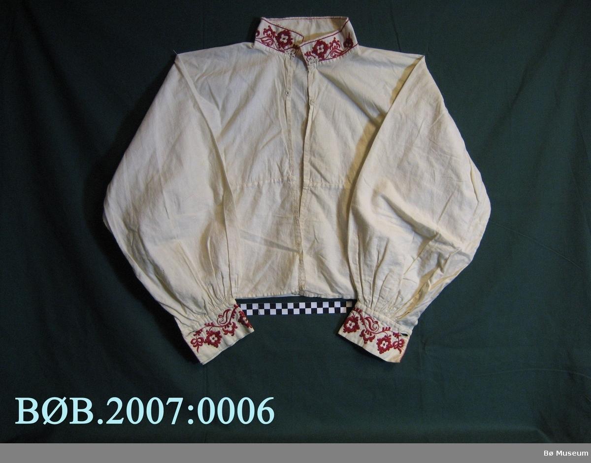 Skjorta er brodert med plattsaum på halskvarden og på armkvardane. Det er brodert med raud bomullstråd,  dette blir kalla raudsaum.