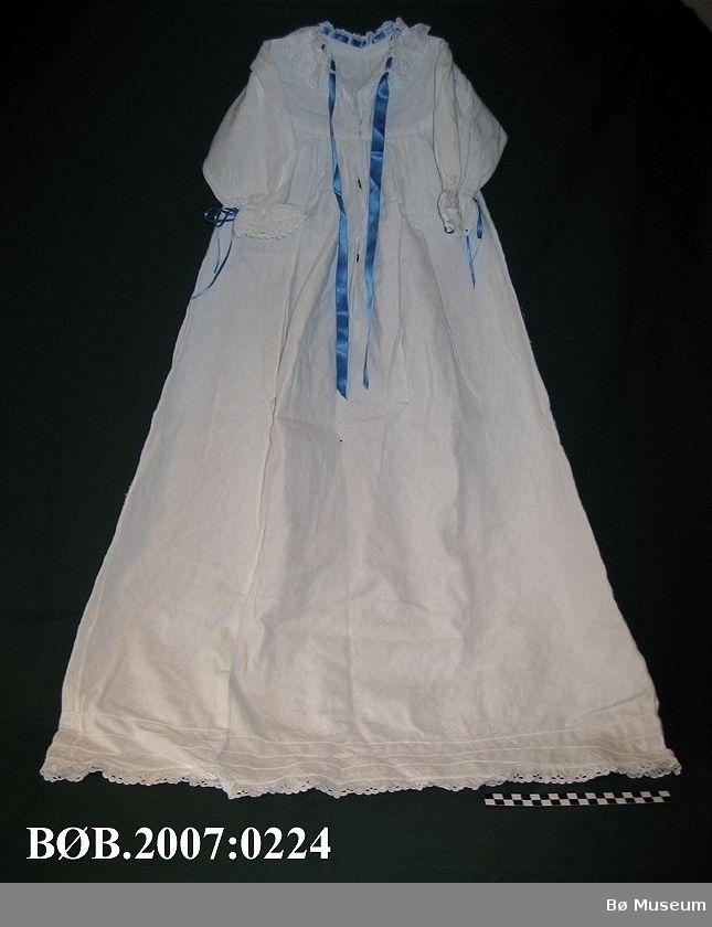 Kvit dåpskjole med bloder og blå band