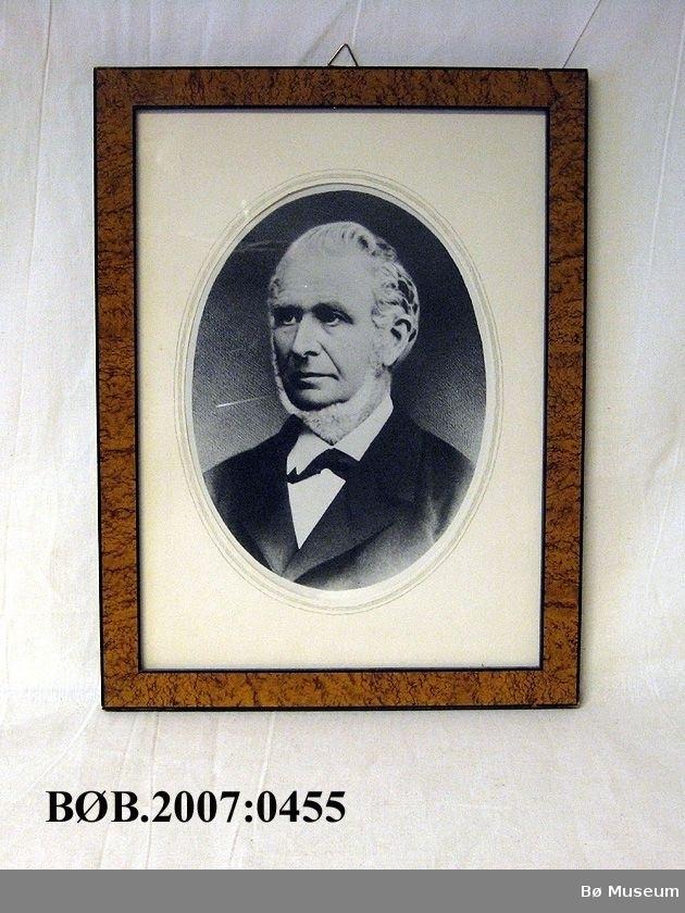 Ovalt fotografi med passpartout, glas og ramme. Form ramme er rektangel.