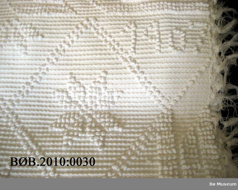 Heimevove sengeteppe, med årstal og monogram.