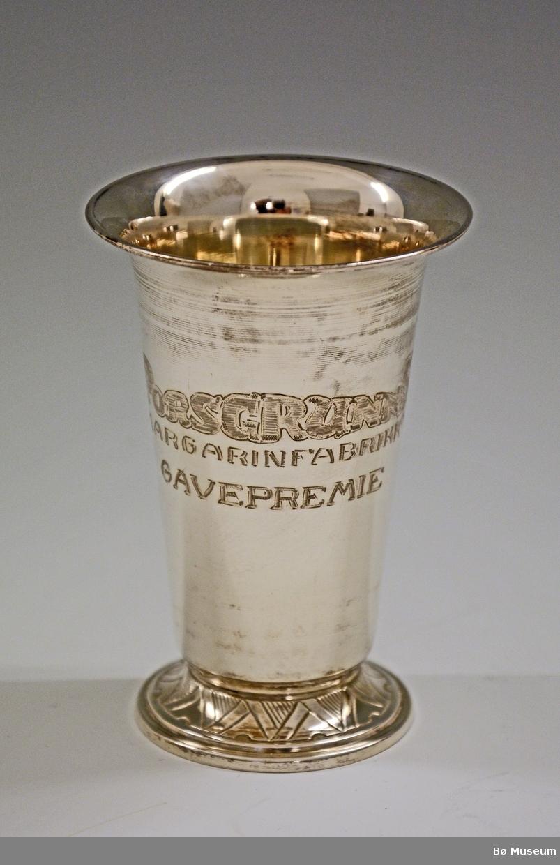 """Sølvpokal med innskriften: """"Porsgrunns Margarinfabrikk A/S - GAVEPREMIE"""" Stempel (under): 830 S K"""