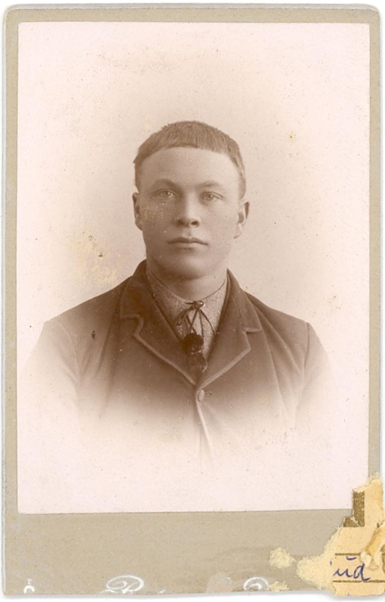 Brystbilde av ung mann; Halvor H. Innleggen el. Soterud, frå Bø.