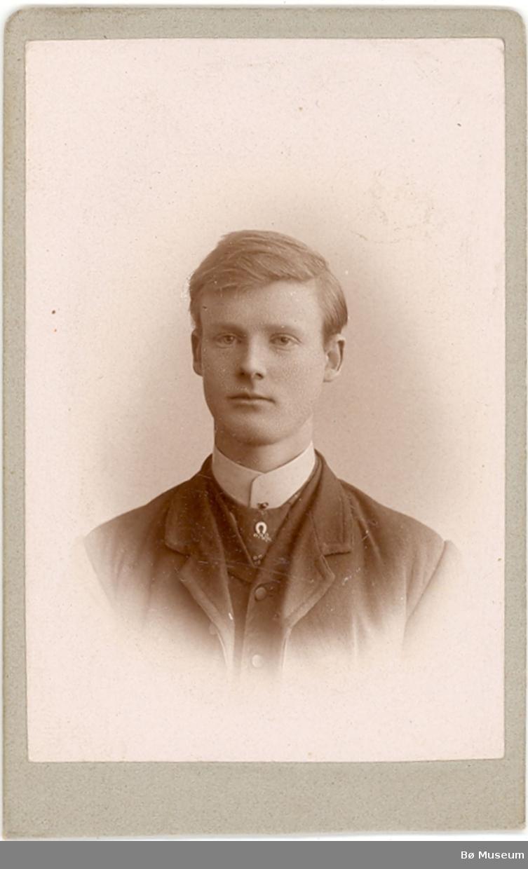Brystbilde av ung mann, Olav H. Forberg, i Bø.