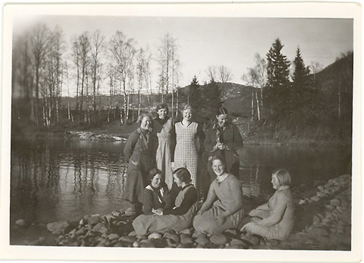 8 yngre kvinner, bl.a. på Sandabrua og ved vatnet, i Øvre Bø.