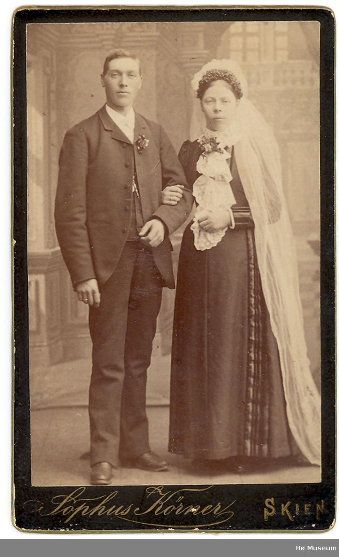 Bryllypsbilde av Sveinung T. Odden, Gvarv, og kona Laura