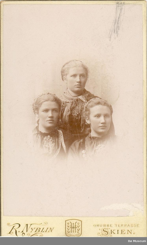 3 unge kvinner