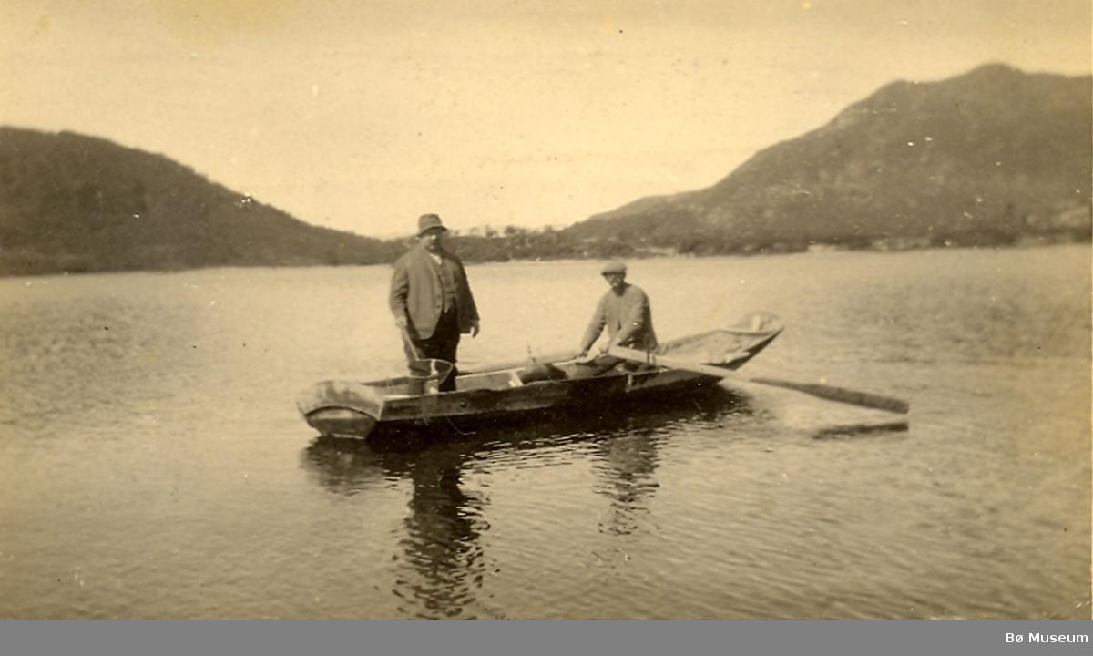 To menn i båt. Til høgre truleg Gunnulf Borgen