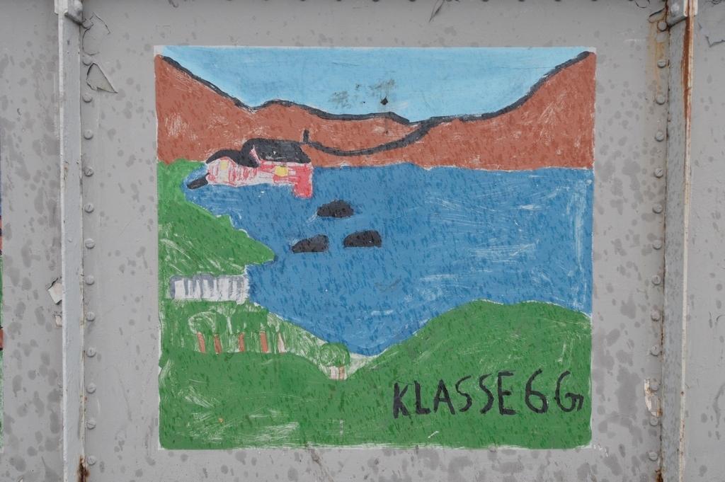 Bilde på Frydenlundbrua malt av skoleelever fra Tårnveien skole til Narviks 100 årsjubileum i 2002.
