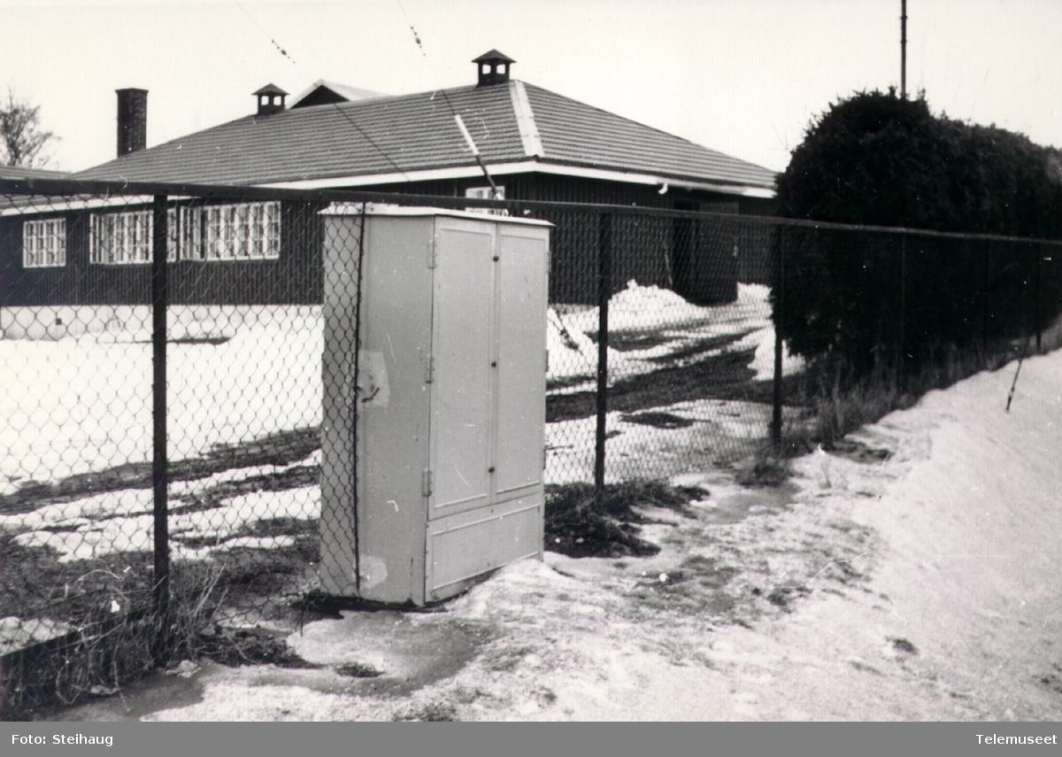 Fordelerskap utenfor det militære anlegget DKØ (Distrikts kommando Østlandet) på Åker ved Hamar.