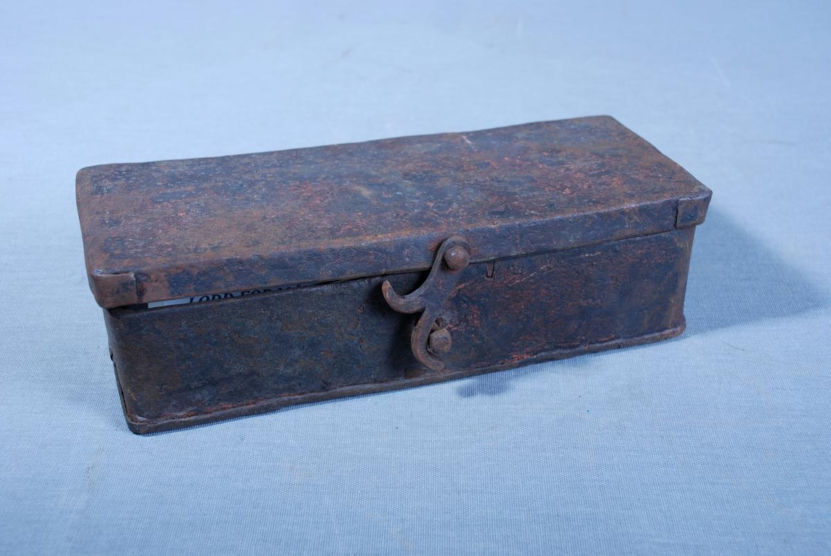 Rektangulært skrin i jern inndelt i to rom. Hengslet lokk med metall-krok. Inneholder to kasteliner med lodd for måling av dybde.