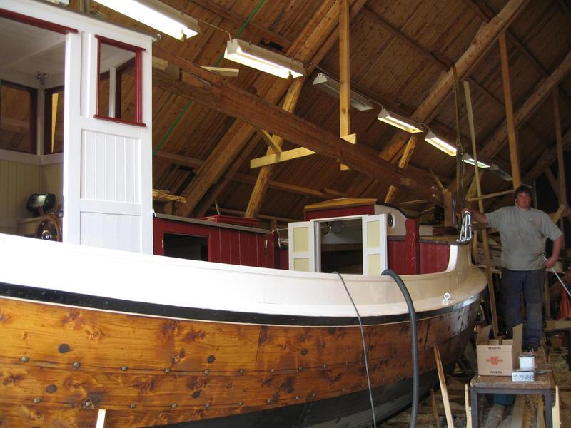 """Børsabåten Eivind under bygging. Foran ses inngangen til """"bakken"""", kahytten foran."""