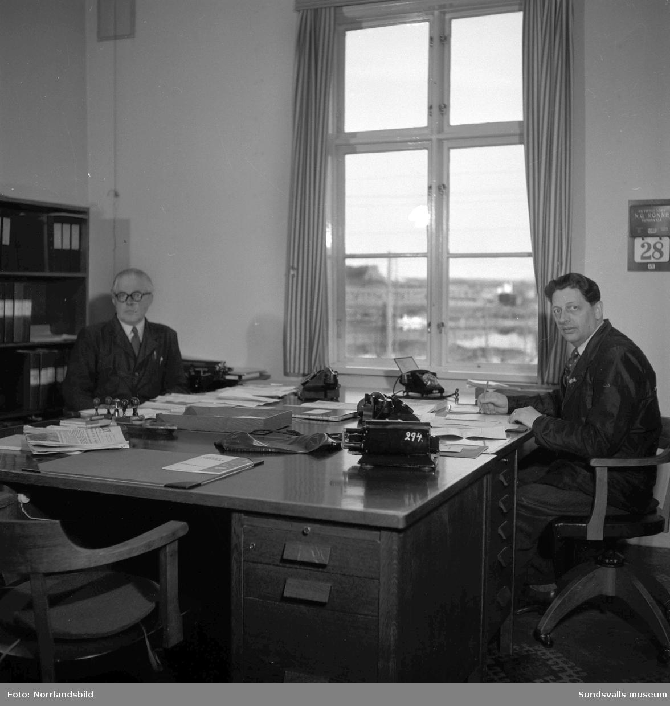 SCA:s kontor i Skönvik. Gruppbild av personalen utomhus samt interiörbilder från verksamheten.