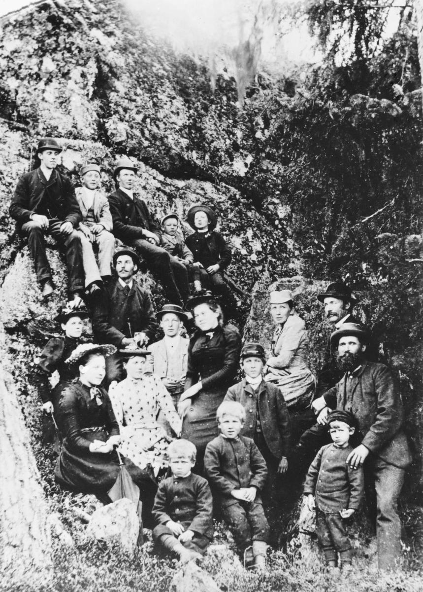 Gruppebilde fra en søndagsutflukt til lærer og kirkesanger Gunnerius Moe på Setskogen, ca. 1895.