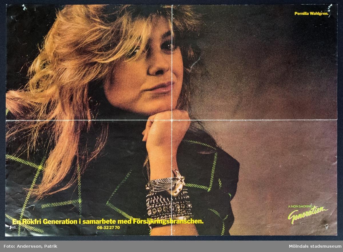 """Pernilla Wahlgren på poster från A Non Smoking Generation, cirka 1986 - 1989.  Organisationen A Non Smoking Generation bildades 1979 av två reklammän som träffades på en fest. Båda blev upprörda över hur många unga människor som rökte och bestämnde sig då för att starta stiftelsen A Non Smoking Generation tillsammans och skapa ett mode i att vara rökfri. Redan samma år genomförde de sin första kampanj där kända musikartister och idrottsstjärnor fick ha på sig en T-shirt med loggan """"A Non Smoking Generation"""". Dessa fick sedan pryda olika reklampelare runt om i Sverige. T-shirten sådels även på Hennes & Mauritz. A Non Smoking Generation är fortfarande ett mycket välkänt varumärke och det har genomförts flera kampanjer sedan starten, bland annat med Pernilla Wahlgren i slutet av 1980-talet...  Pernilla Wahlgren är skådespelare och artist. 1985 var hon med i Melodifestivalen första gången. Då tävlade hon med låten """"Piccadilly Circus"""" och kom på fjärde plats. Andra kända låtar av Pernilla under 1980-talet är: """"Svindlande affärer"""" och """"I Need Your Love""""."""