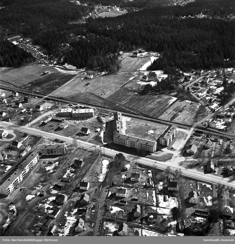Flygfoto över Sörberge med äldre villabebyggelse och nyare flerfamiljshus.