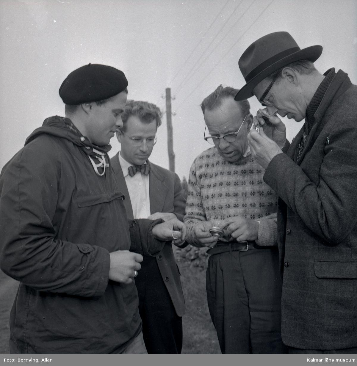 Amanuens Hagberg (arkeolog), KG Pettersson (har varit museichef i Kalmar läns museum mellan 1973-1983), docent Wilhelm Holmquist, Stockholm, och antikvarie Gunnar Ekelund kollar på ett arkeologiskt fynd - guldringarna i Skedemosse.