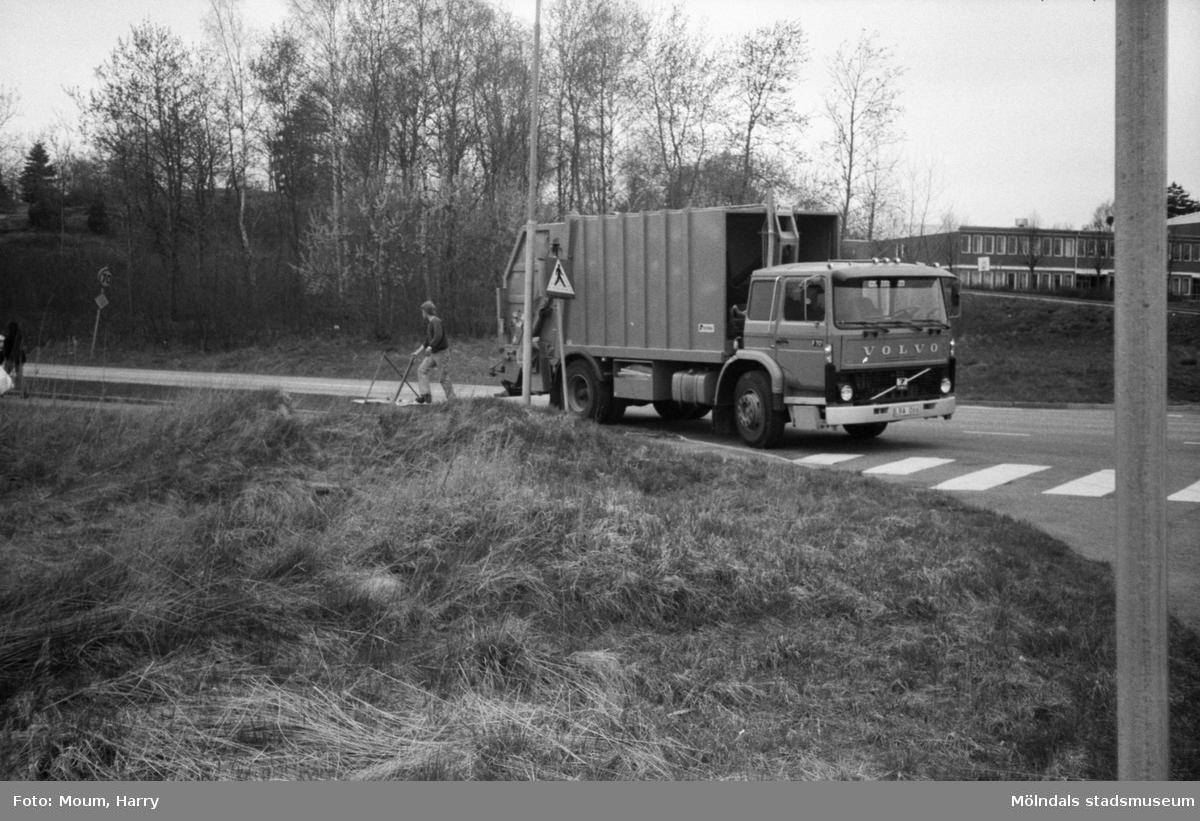 Annestorpsdalens scoutkår städar i Lindome centrum med angränsande områden, år 1984. Sopbil på Industrivägen.  För mer information om bilden se under tilläggsinformation.