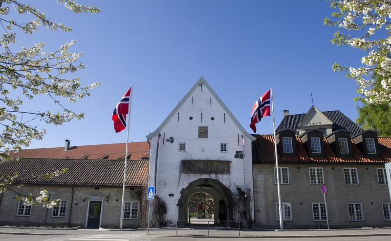 Hovedinngangen til Norsk Folkemuseum med to heiste flagg