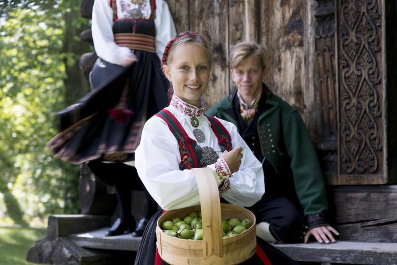 Kvinne i drakt med fruktkurv (Foto/Photo)