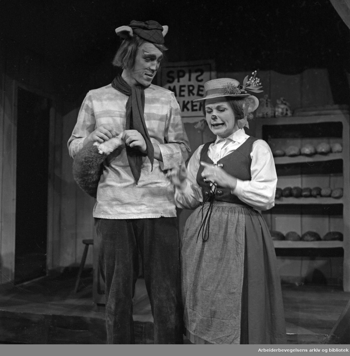 Nationaltheatret. Hovedscenen..DYRENE I HAKKEBAKKESKOGEN av Thorbjørn Egner. .Premiere: 19.09.1969..Knut Husebø som Mikkel Rev og Vibe Falk som Bestemor Skogmus.