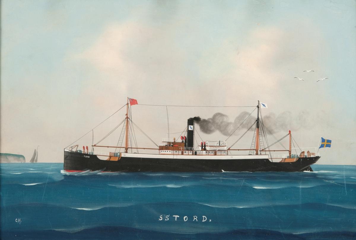 S/S TORD, sedd mot babordssida, svart skrov med rak stäv,  svart skorsten med Rederi A/B Rex skorstensmärke, på förtoppen engelsk flagg, akterut svensk flagga. Till vänster hög kust med seglare.