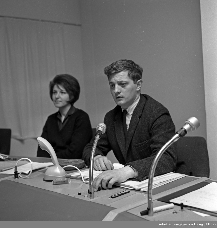 Johnny Bergh. 1934 - 2014..Tv-produsent, manusforfatter og regissør. NRK..I kontrollrommet på Centralteatret med Lillian Onstad..Udatert.