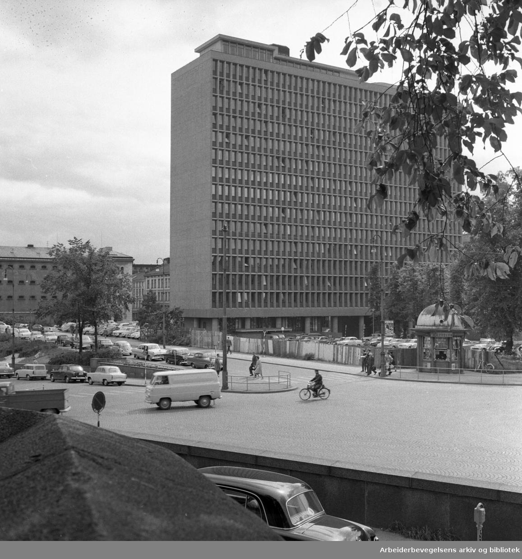 Regjeringsbygningen sett fra området ved Deichmann/Trefoldighetskirken..Ca. 1965 - 1968.