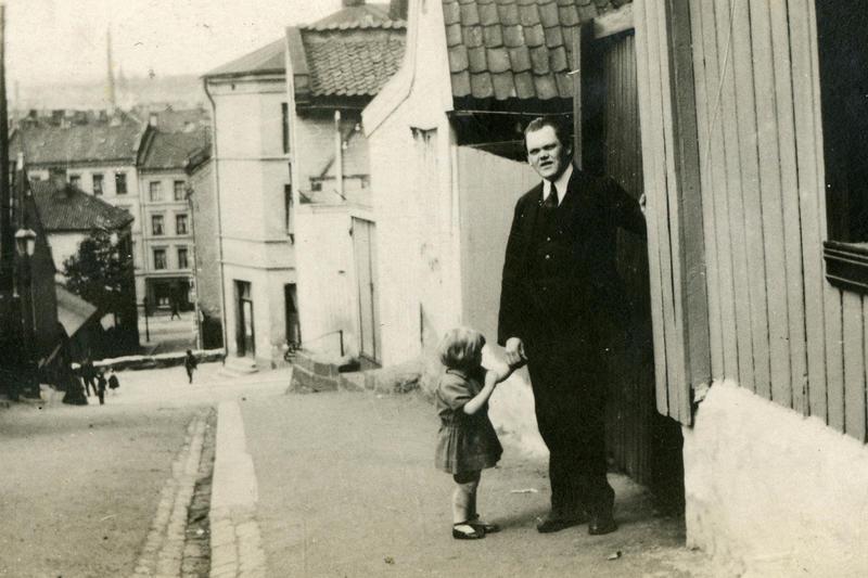Albert Scheinpflug med datter utenfor Johannes gate 4