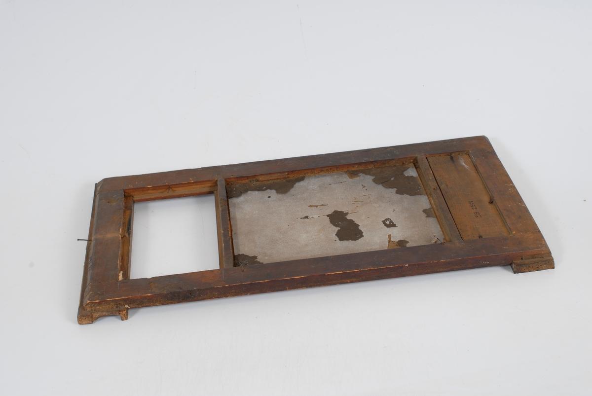Form: Rektangulært speil i ramme.