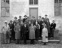 Bild på folk ifrån journalistföreningen, ståendes i borggård