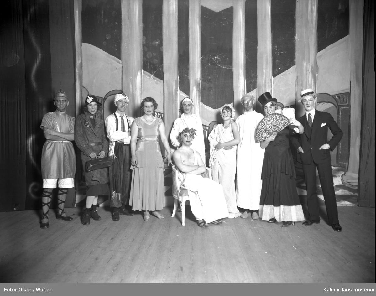 Skådespelare utklädda på en teaterscen i Kalmar.