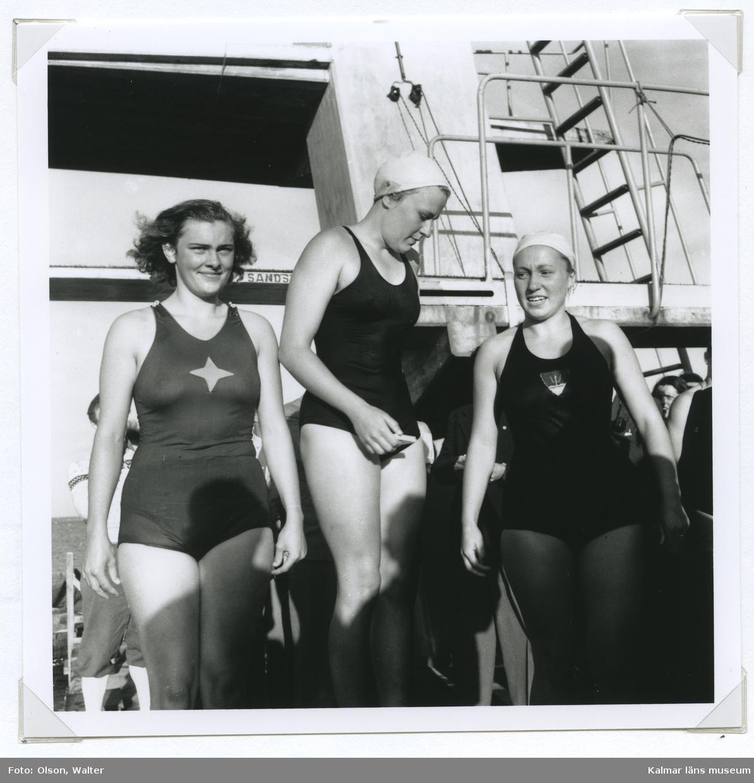 Från prisutdelningen under SM i simning, som 1946 hölls vid Långviksbadet i Kalmar.  Från vänster mästaren på 100 meter rygg,  Kerstin Åkerberg, samt nya, nya mästarinnan och rekordinnehavaren Annie May Asp, Trelleborg SS och Margareta Hansson, Poseidon. Foto: Walter Olson 1946-08-02.