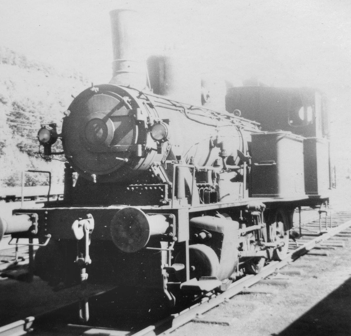 Damplokomotiv type 25a 307 hensatt på Krossen ved Kristiansand. Damplokomotiver ble erstattet av diesellokomotiver i skiftetjenesten.
