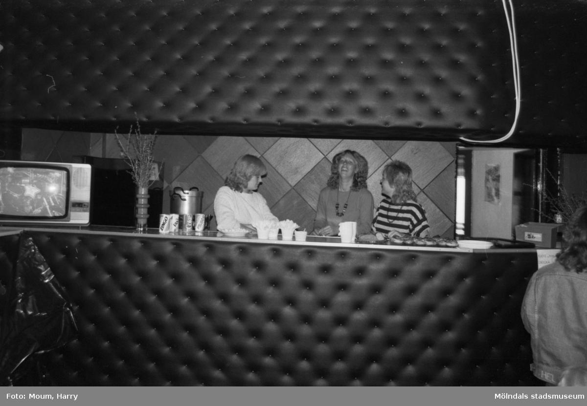 Kaffeservering i Kållered Motorklubbs föreningslokal i den gamla brandstationen i Kållered, år 1984.  För mer information om bilden se under tilläggsinformation.