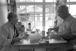 """""""Leif och Inger Klarenius från Humlekärret, Billdal, äter en"""
