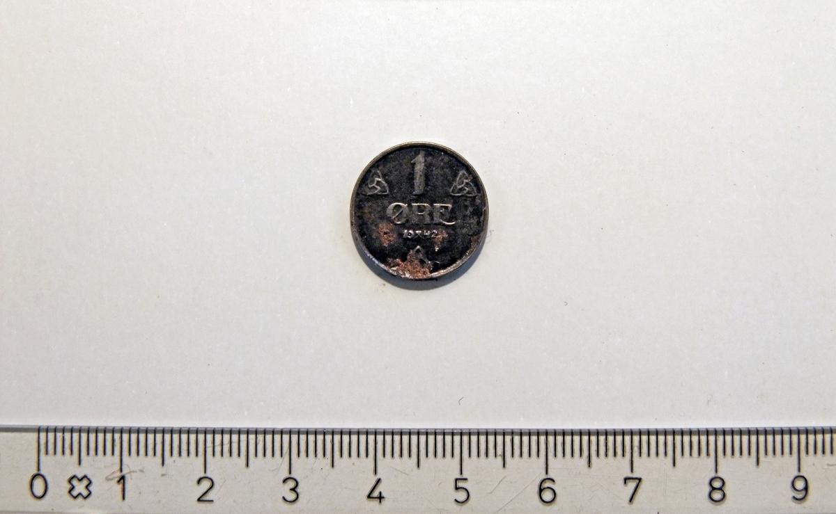 """På framsiden:  - 3 like symboler med trekantet grunnform.  - 2 minehammere i kryss;  midt i """"1942"""".  På baksiden:  - skjold med """"løve""""  (bl.a.)"""