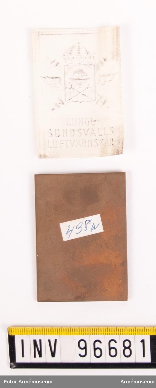 Plakett i brons för Sundsvalls luftvärnskår. Med kalkering.