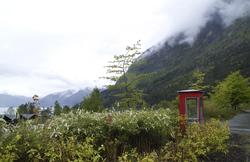 Røde telefonkiosker. Kinsarvik fergekai 047 (Foto/Photo)