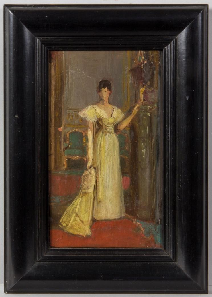 Porträttskiss föreställande Ellen Roosval, mycket skissartat utförande. Stående helfigur i salongsmiljö klädd i hellång gulvit klänning. I ena handen håller hon en cape.