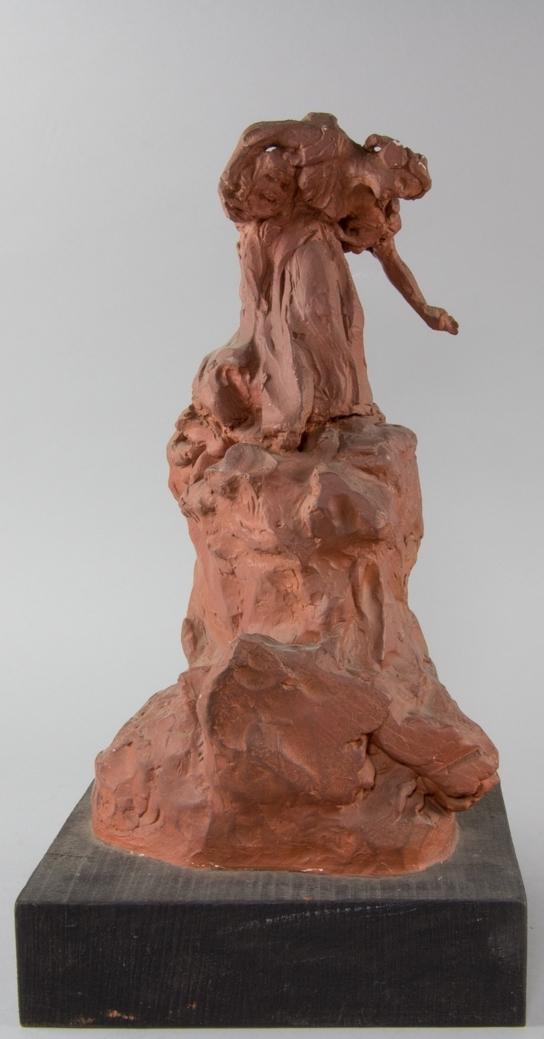 Studie av kvinna i helfigur, Thalia, stående på hög klippa.